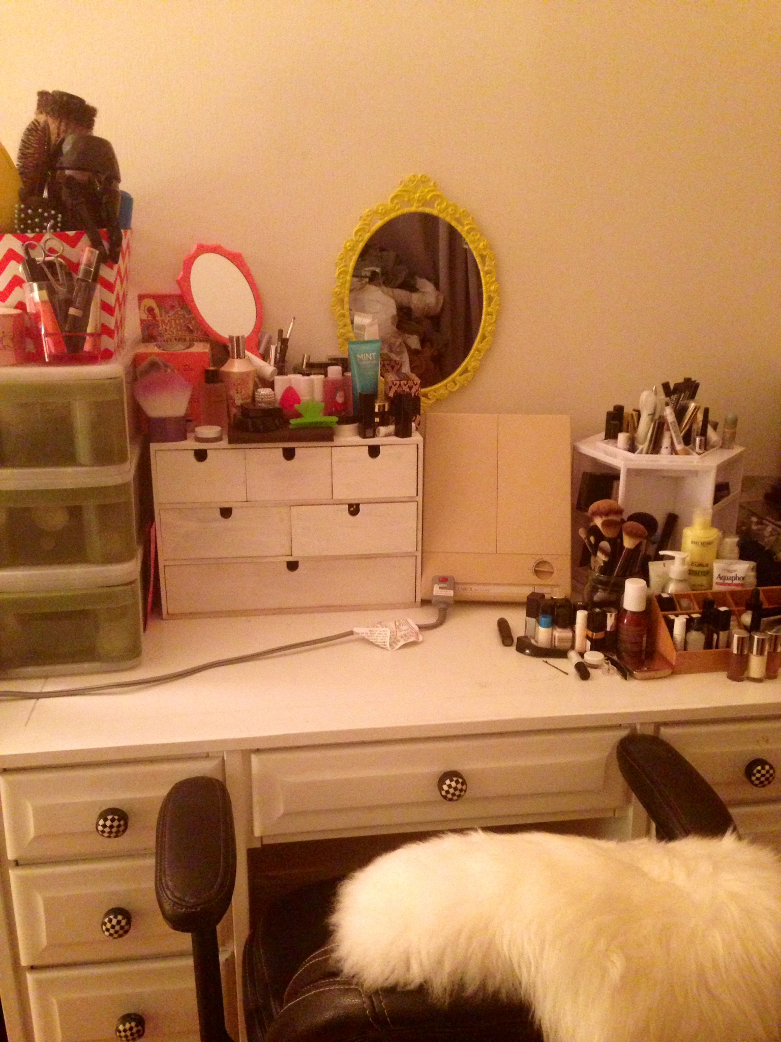 makeup table organization