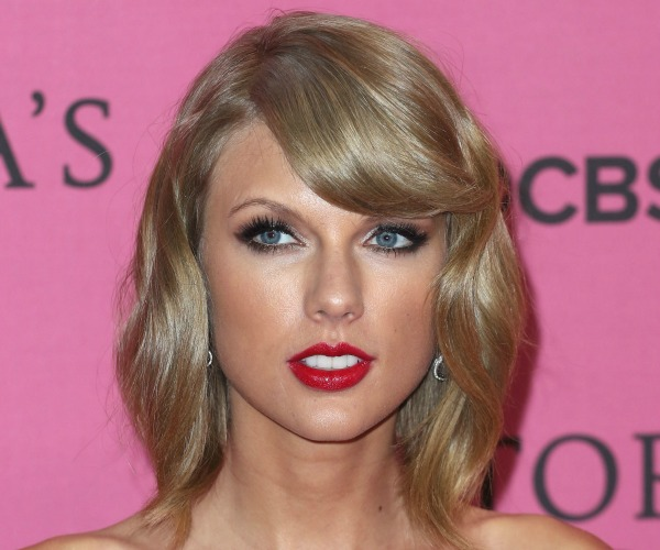 Taylor Swift Wears Red Lipstick To Victoria S Secret Fashion Show Stylecaster
